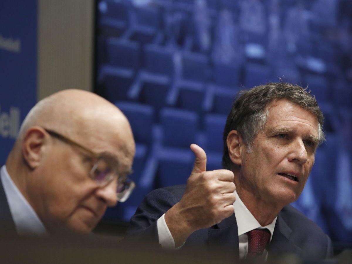 Foto: Josep Oliu (i) y Jaime Guardiola (d), presidente y CEO de Banco Sabadell, respectivamente. (EFE)
