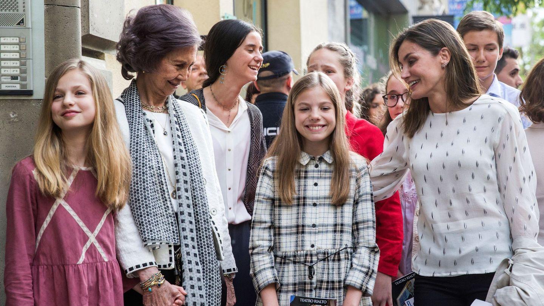 La Reina Letizia y la Reina Sofía, junto a la princesa de Asturias y la infanta Sofía, Victoria Federica, e Irene Urdangarín en una imagen de archivo. (EFE)