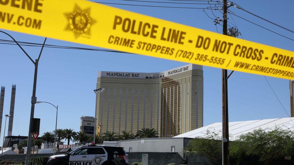 Foto: Recinto del concierto donde se produjo el tiroteo de Las Vegas. Al fondo, el hotel Mandalay Bay desde el que se hicieron los disparos. (Reuters)