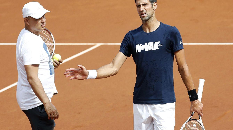 La desesperación de Djokovic no se cura con sonrisas, carantoñas y estrellas del rock