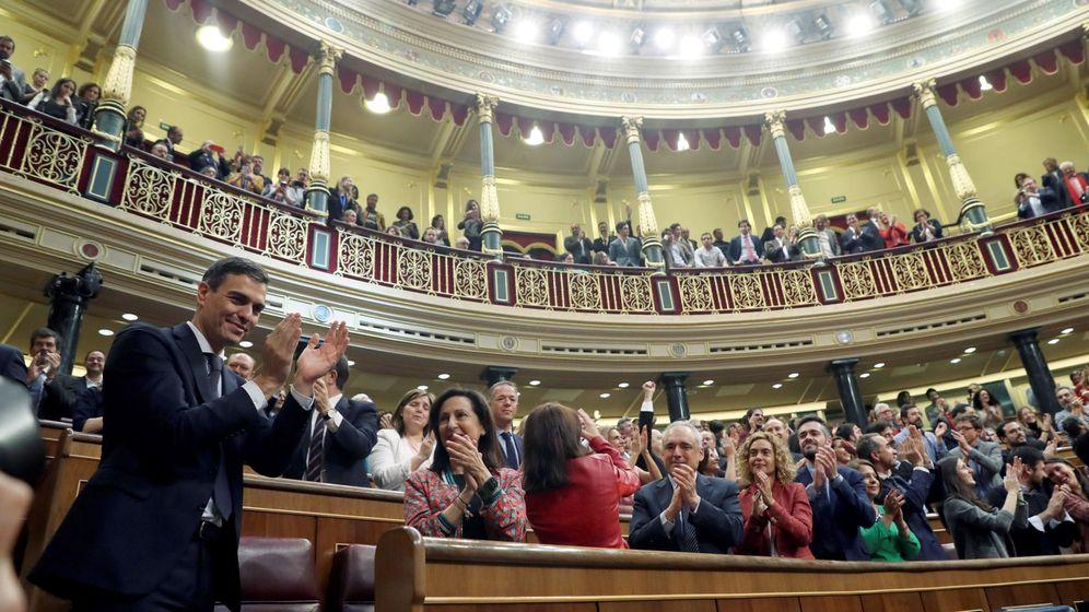 Foto: El secretario general del PSOE, Pedro Sánchez, saluda al hemiciclo del Congreso, tras el debate de la moción de censura presentada por su partido. (EFE)