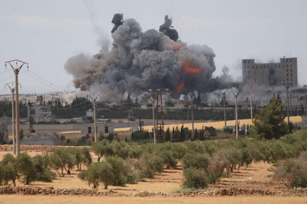 Foto: Bombardeo de la coalición internacional contra posiciones del Estado Islámico en Manbij, en la provincia siria de Alepo, el 16 de junio de 2016. (Reuters)