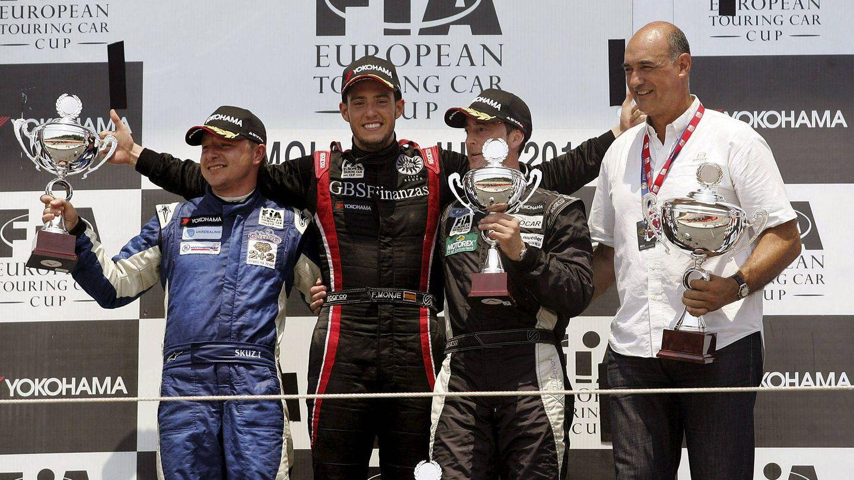Fernando Monje, en el centro del podio tras ganar el campeonato europeo de turismos que se celebró en el circuito italiano de Imola, en 2012. (EFE)