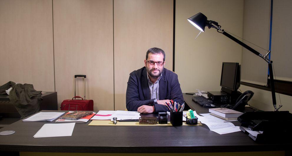 Foto: Ibán García del Blanco, secretario de Cultura y Deportes del PSOE, en su despacho de Ferraz. (DANIEL MUÑOZ)