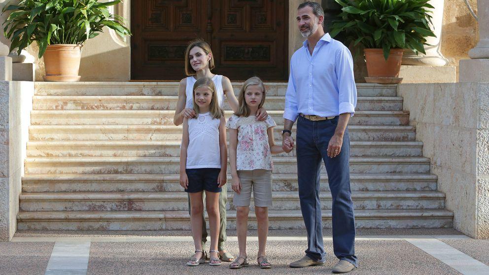 Los Reyes dan comienzo a sus vacaciones con el posado oficial a las puertas de Marivent