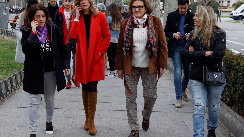 Begoña Gómez pasea junto a su suegra en el 8M. (EFE)