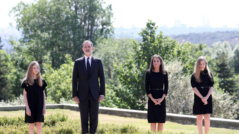 La familia real, en los jardines de Zarzuela. Al fondo, el monte de El Pardo. (EFE)
