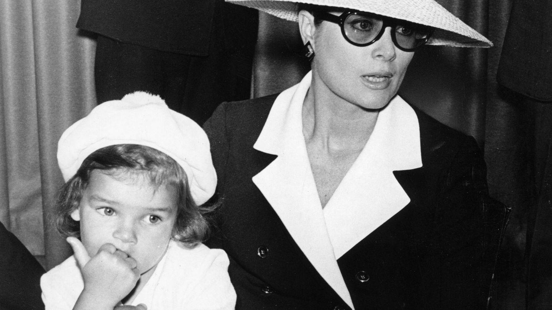 La princesa Estefanía con su madre, Grace Kelly, en 1968. (Cordon Press)