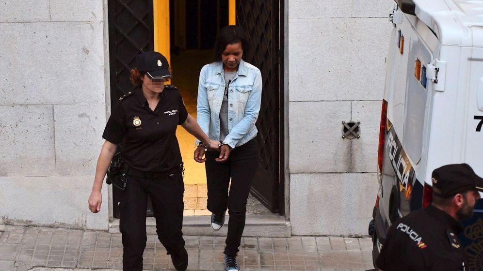 Foto: Ana Julia Quezada, al salir de la Audiencia Provincial de Almería, tras ser declarada culpable de asesinato con alevosía (EFE).