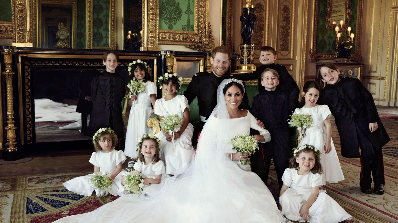 Los duques de Sussex, con sus pajes de boda. (EFE)