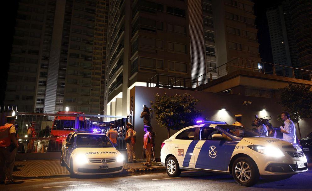 Foto: Miembros de los cuerpos de seguridad vigilan la entrada al edificio donde vivía Alberto Nisman. (Reuters)