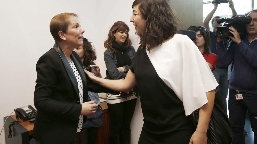 Foto: Uxeo Barkos (i), de Geroa Bai, durante un encuentro con la secretaria general de Podemos en Navarra, Laura Pérez. (EFE)