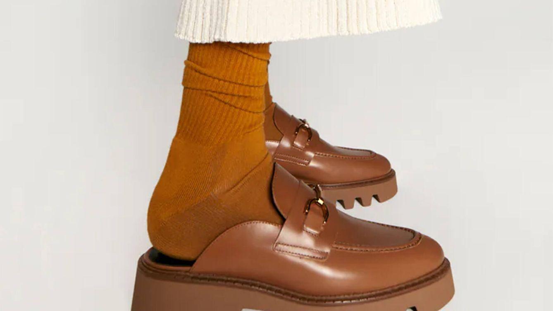Estos mocasines track de Zara quedan bien con falda, vestido o vaqueros