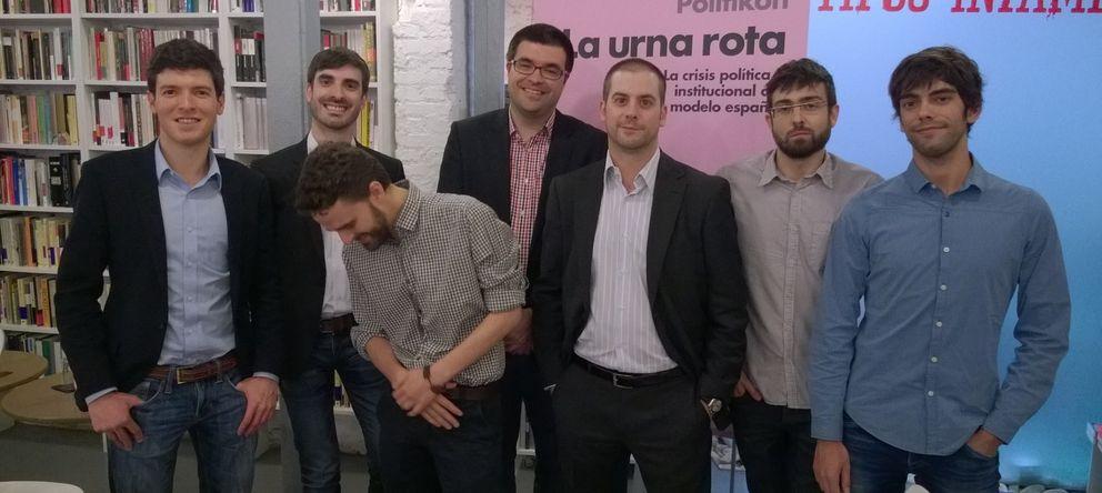 Foto: Los siete miembros de Politikon, durante la presentación del libro en Tipos Infames (Madrid).