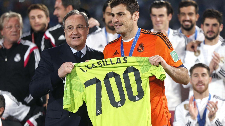 Foto: Casillas recibe de Florentino la camiseta que conmemoraba su 700º partido con el Madrid.