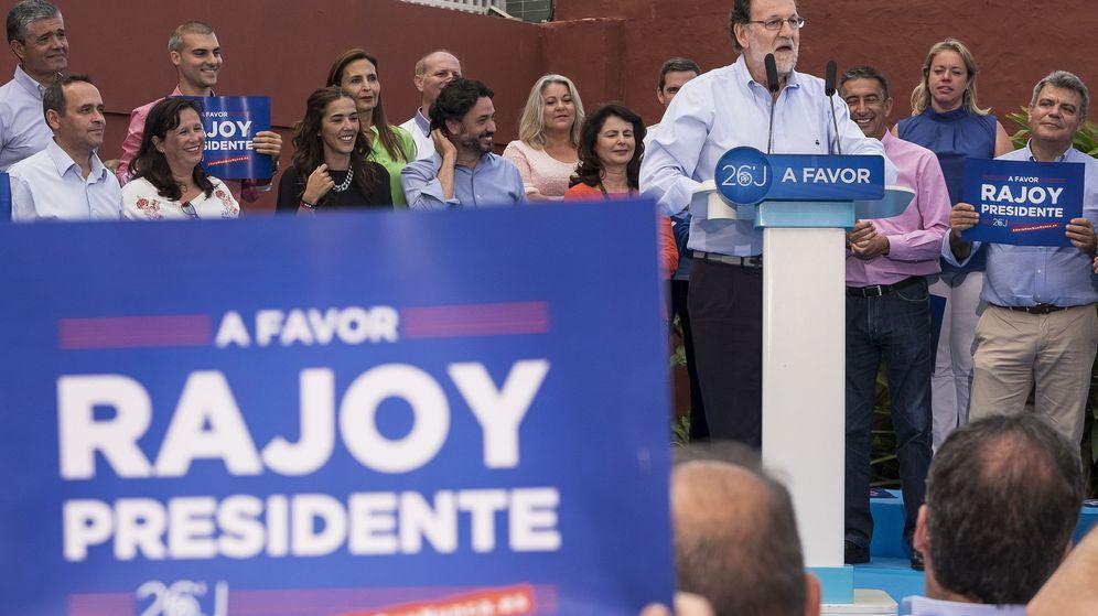 Foto: El candidato del PP a la reelección como presidente del Gobierno, Mariano Rajoy, durante su intervención en un acto de campaña en Las Palmas de Gran Canaria. (Efe)