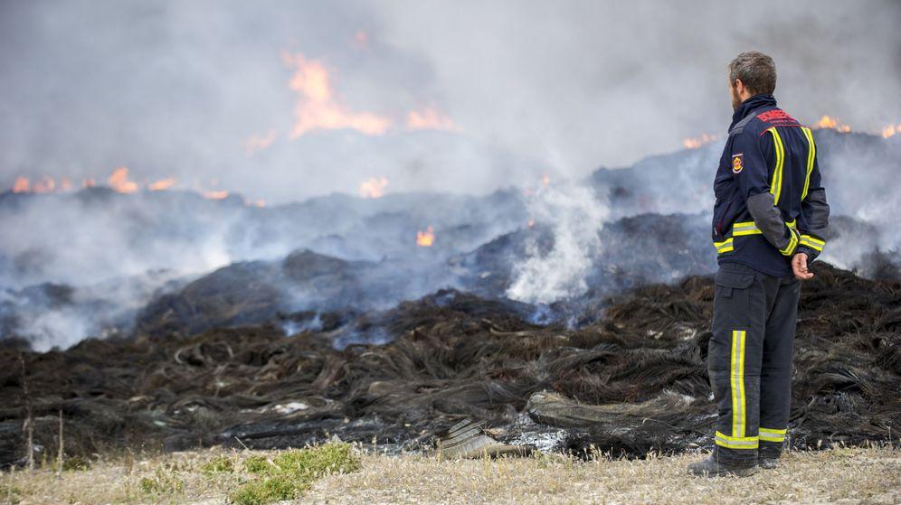 Foto: Uno de los bomberos que controlan el fuego del vertedero de Seseña. (EFE)