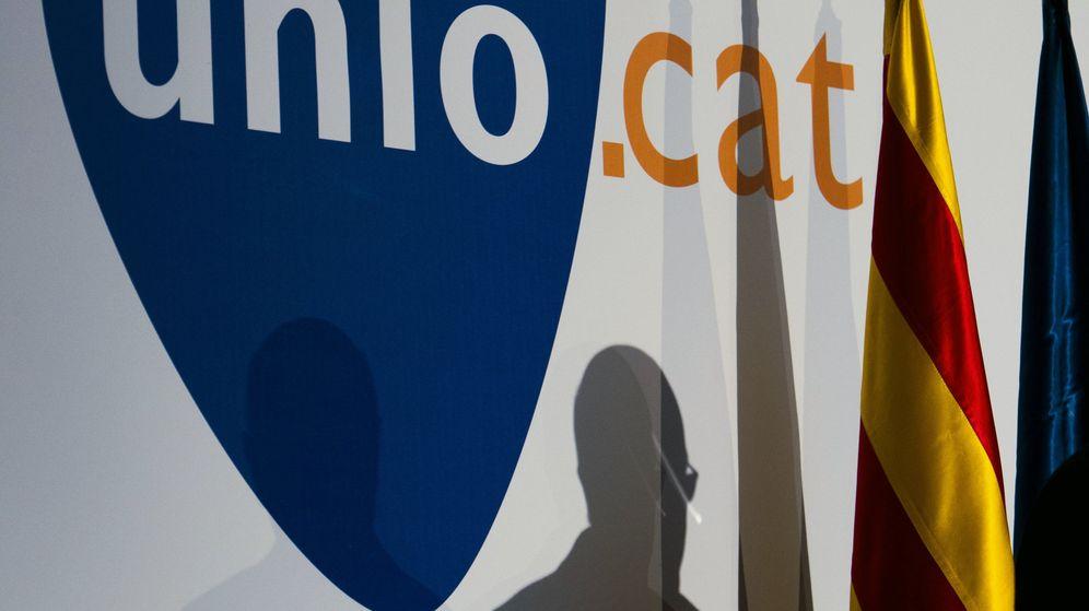 Foto: La sombra de Duran Lleida durante el anuncio de su renuncia. (EFE)