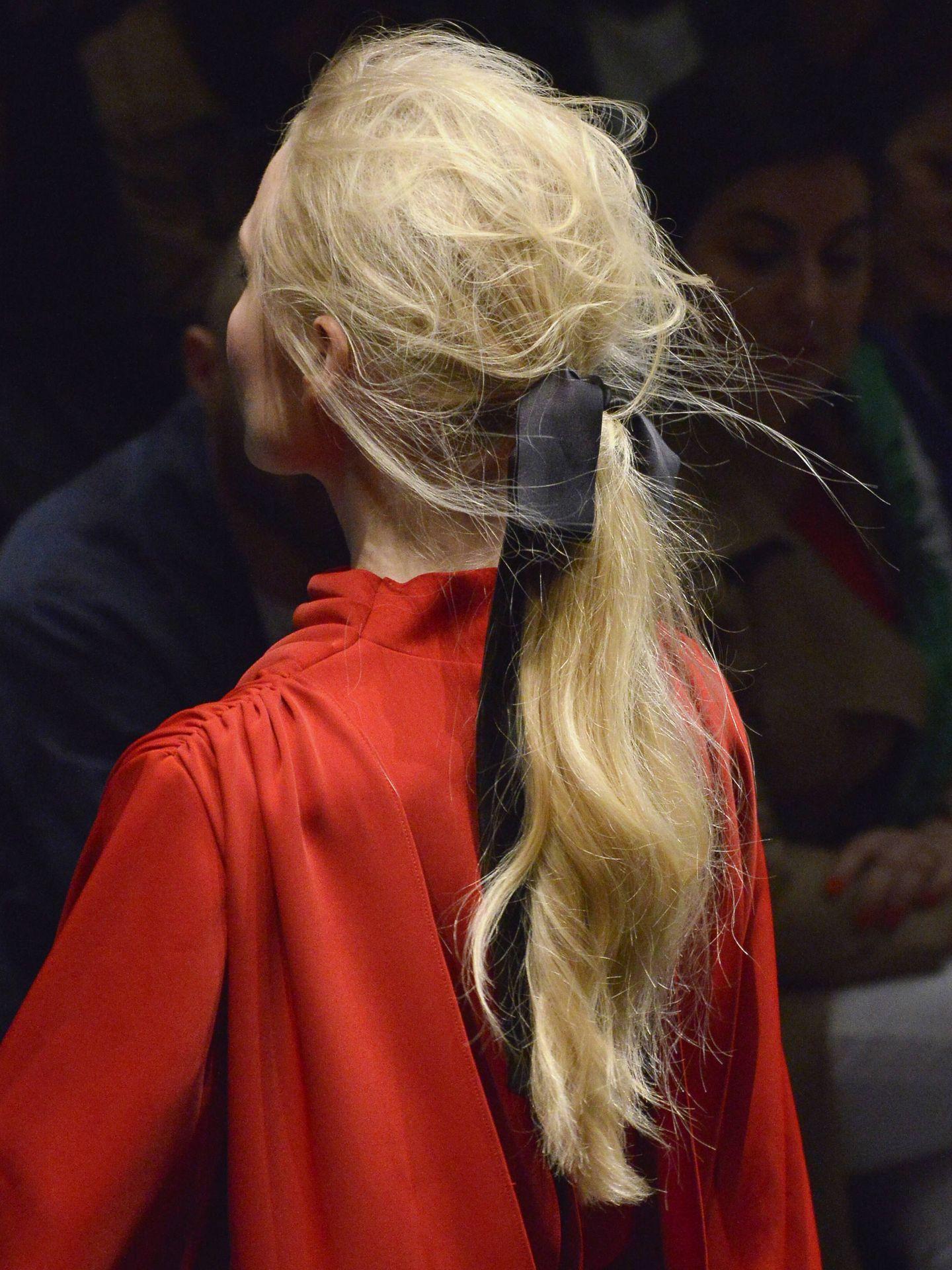 Accesorizando una coleta baja también se crea un peinado de invitada cómodo y elegante. (Getty)