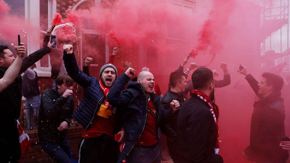Foto: Aficionados del Liverpool, con bengalas en la mano en la previa de un encuentro contra el Tottenham en Premier League. (Reuters)