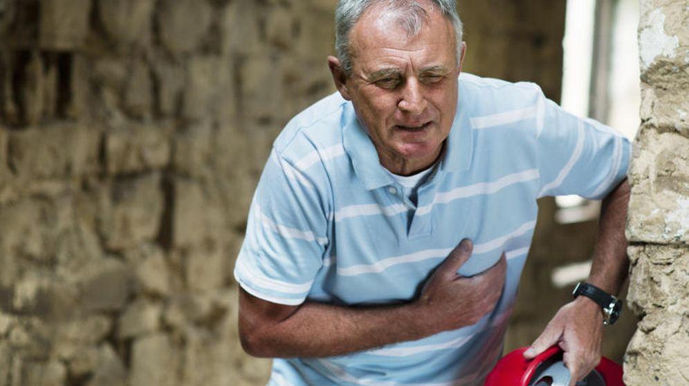 Foto: El dolor en el pecho es el síntoma más habitual de un infarto, pero no el único. (Corbis)