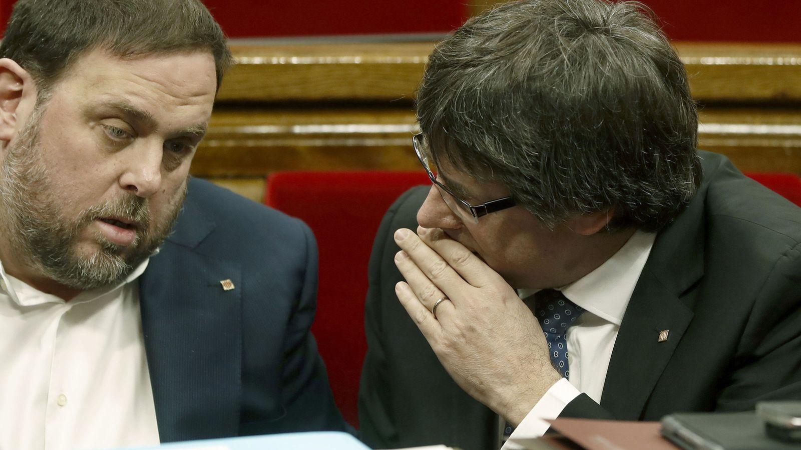 Foto: El presidente de la Generalitat de Cataluña, Carles Puigdemont, conversa con el vicepresidente, Oriol Junqueras. (Efe)