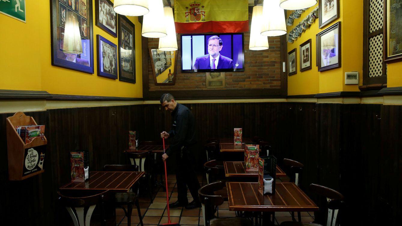 Foto: Mariano Rajoy en una televisión en un bar durante el debate a cuatro. (Reuters)