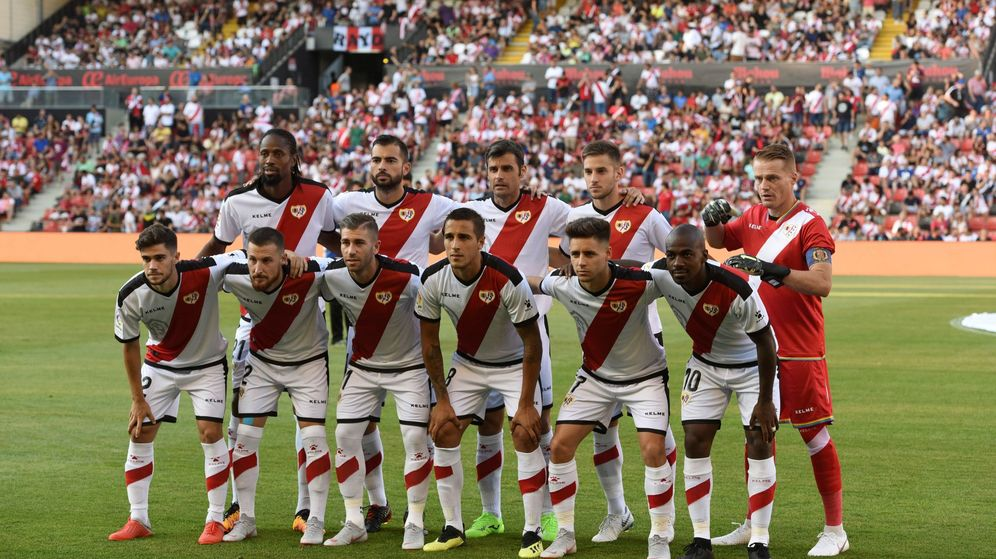 Foto: El equipo del Rayo Vallecano, en el primer partido de Liga disputado en Vallecas contra el Sevilla. (EFE)