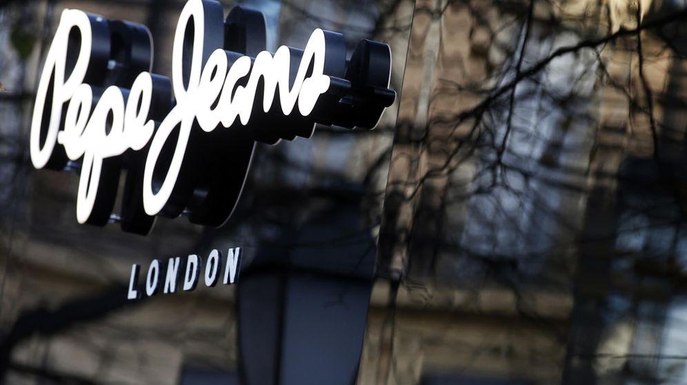 Foto: Logo de la marca Pepe Jeans en una tienda en Madrid. (Reuters)