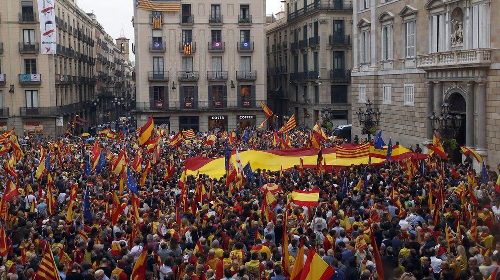 Foto: Miles de personas se manifiestan contra el 1-O en la plaza Sant Jaume de Barcelona. EFE