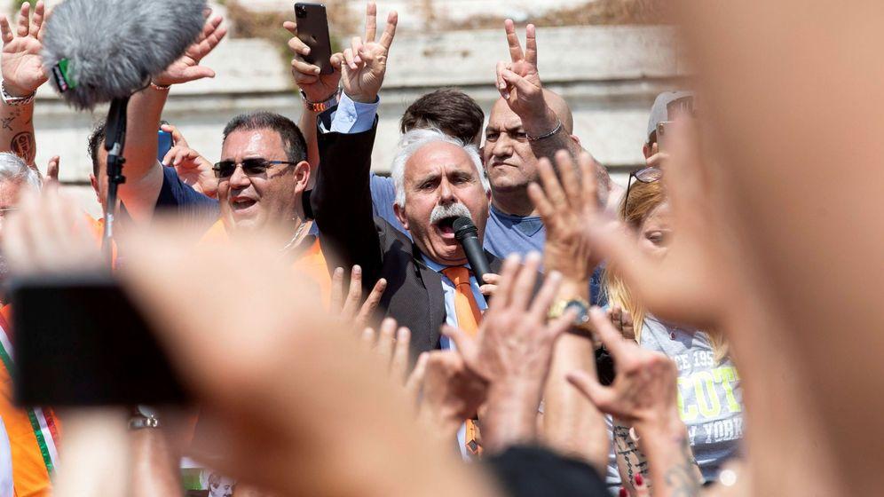 Foto: Los chalecos naranjas de Italia, el movimiento que niega el coronavirus (EFE/Massimo Percossi)