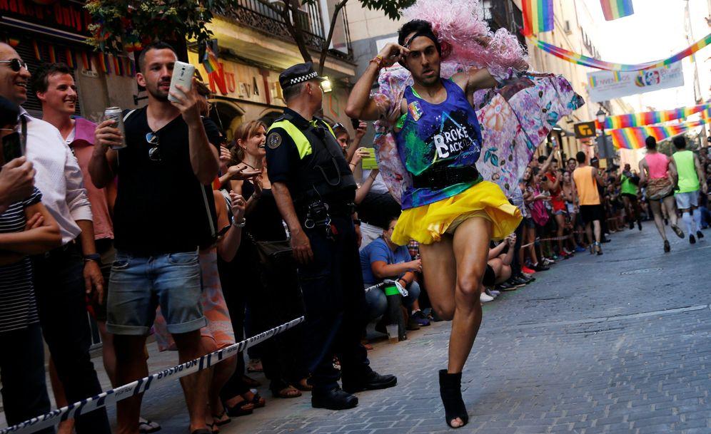 Foto: Un participante en la carrera de tacones la pasada edición del Orgullo Gay en Madrid. (Reuters)