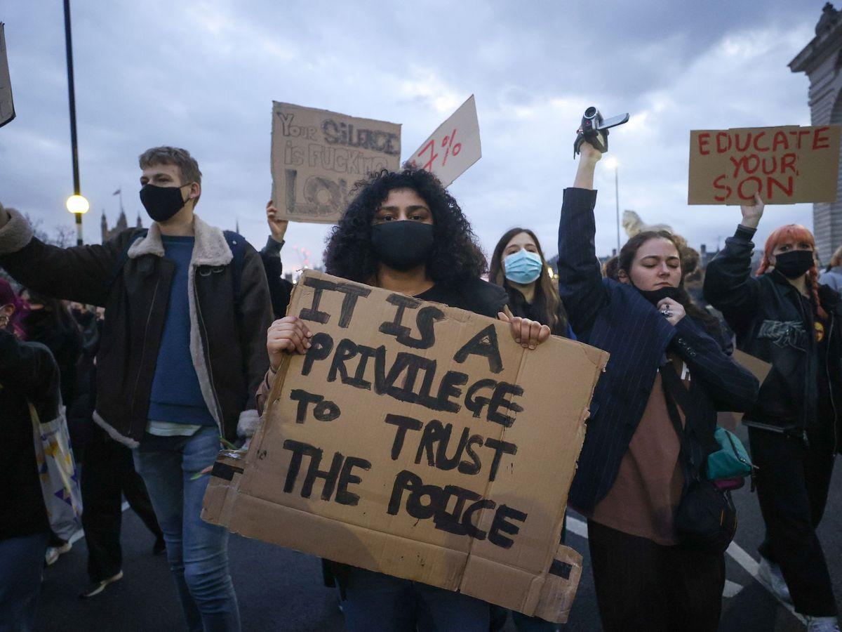 Foto: Protesta por el secuestro y asesinato de Sarah Everard, este lunes en Londres. (Reuters)