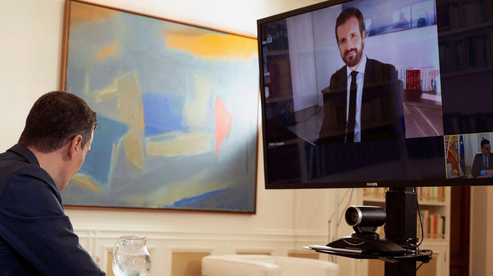 Foto: El presidente del Gobierno, Pedro Sánchez, durante la reunión por videoconferencia que ha mantenidocon el líder del PP, Pablo Casado. (EFE)