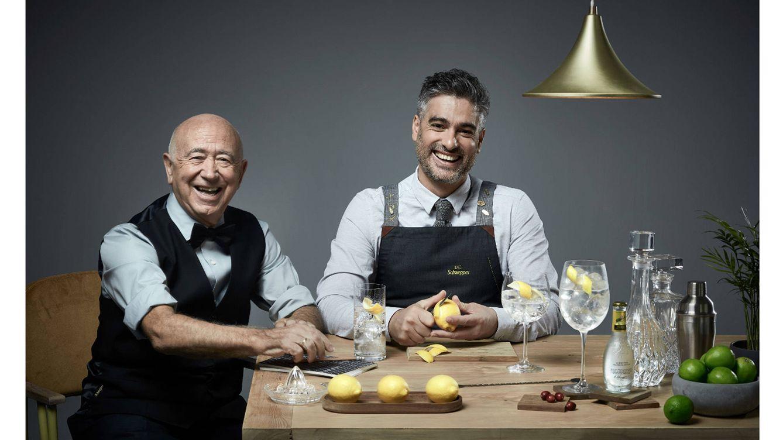 Foto: A la izquierda Tomás Ontoria, maestro de bartenders, en cuyo trabajo se ha inspirado Diego Cabrera, a la derecha, para concebir el 'Gin & Tonic Capitol'