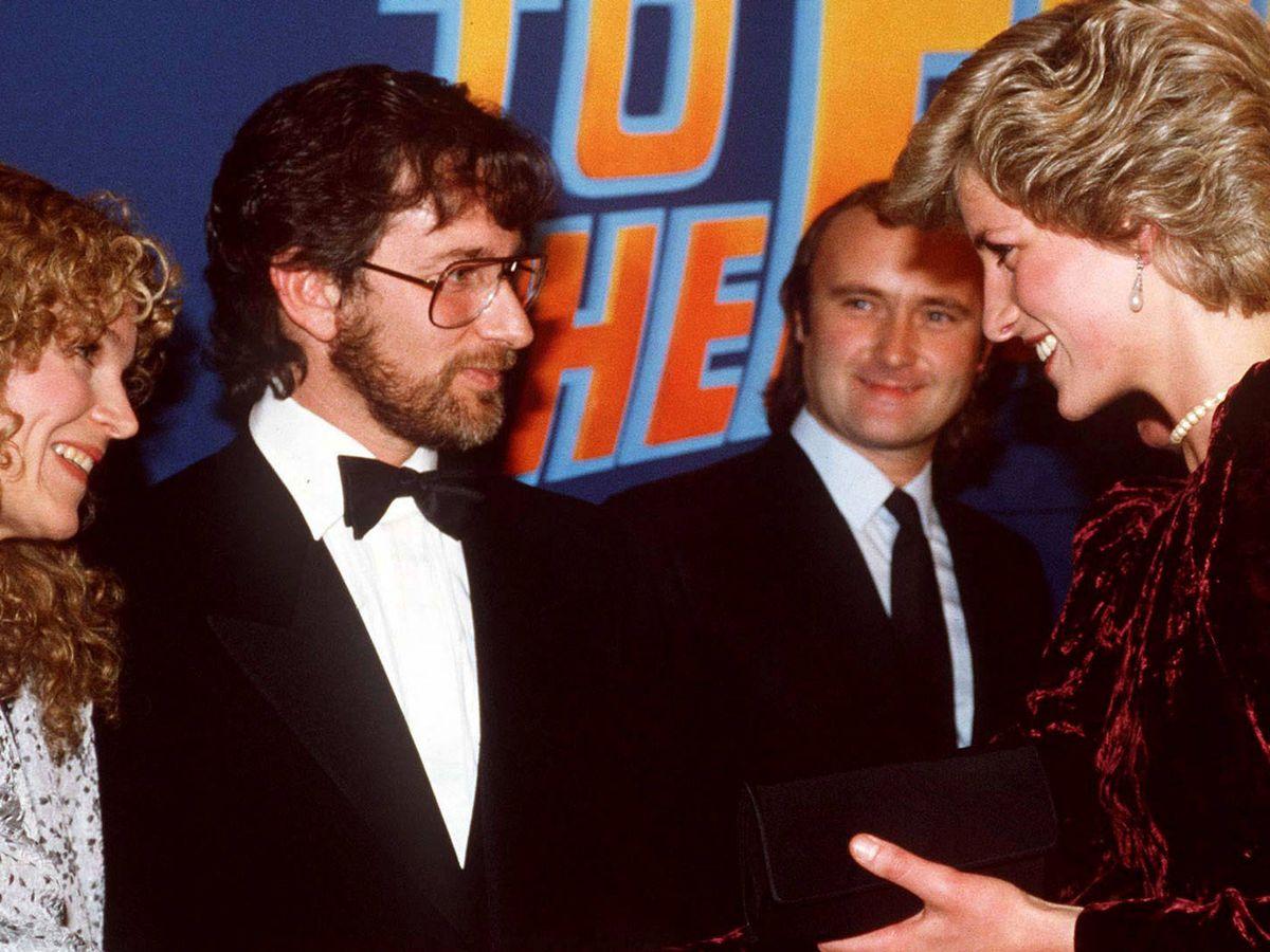 Foto: Diana con Spielberg, su mujer y Phil Collins. (Getty)