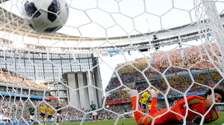 Foto: Granqvist anota su segundo gol de penalty contra México ayer (Reuters)