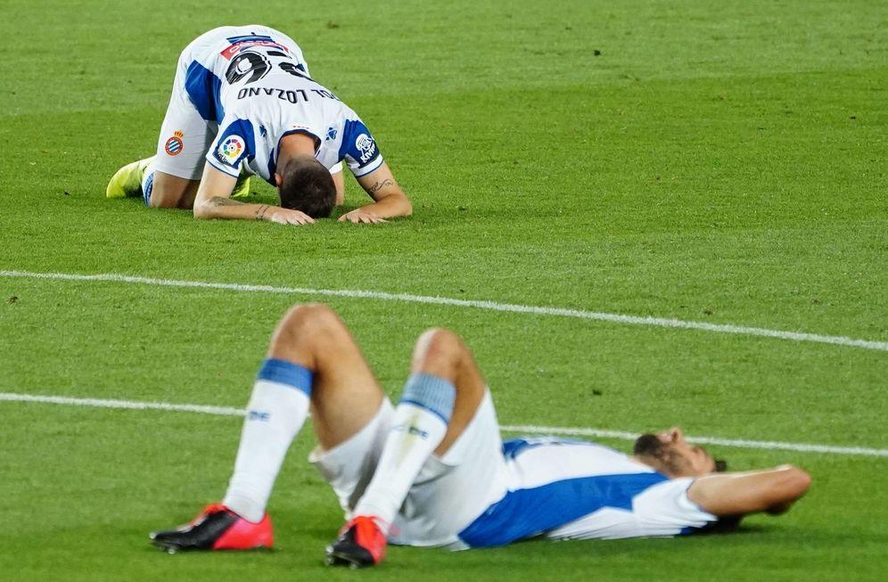 Foto: Los futbolistas del Espanyol, tumbados sobre el césped. (Cordon)