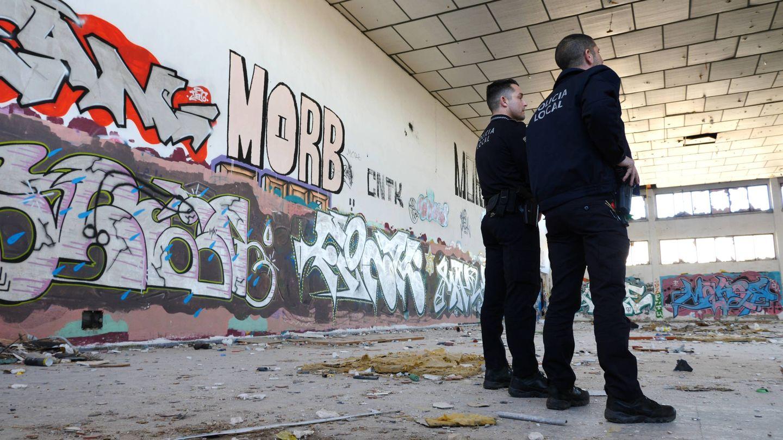 Agentes de la unidad policial de Elche, en una nave abandonada usada por los grafiteros. (Ernesto Torrico)