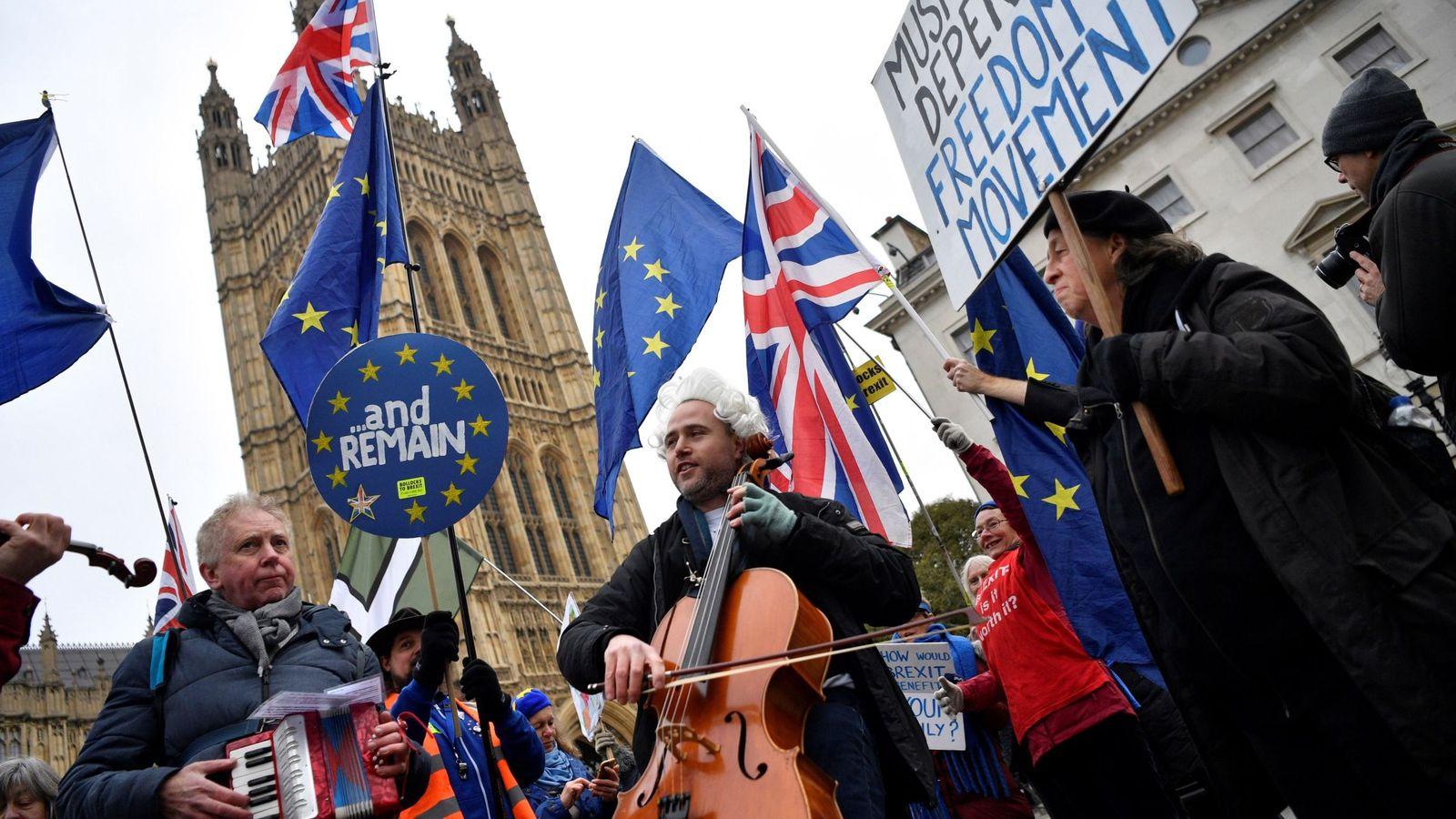 Foto: Varios manifestantes antiBrexit participan en una protesta junto al Parlamento británico en Londres. (EFE)