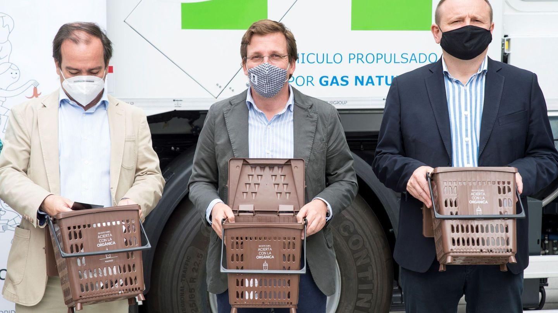 El alcalde de Madrid, José Luis Martínez-Almeida, acompañado por el delegado de Medio Ambiente y Movilidad, Borja Carabante, y el delegado de Economía, Miguel Ángel Redondo. (EFE)