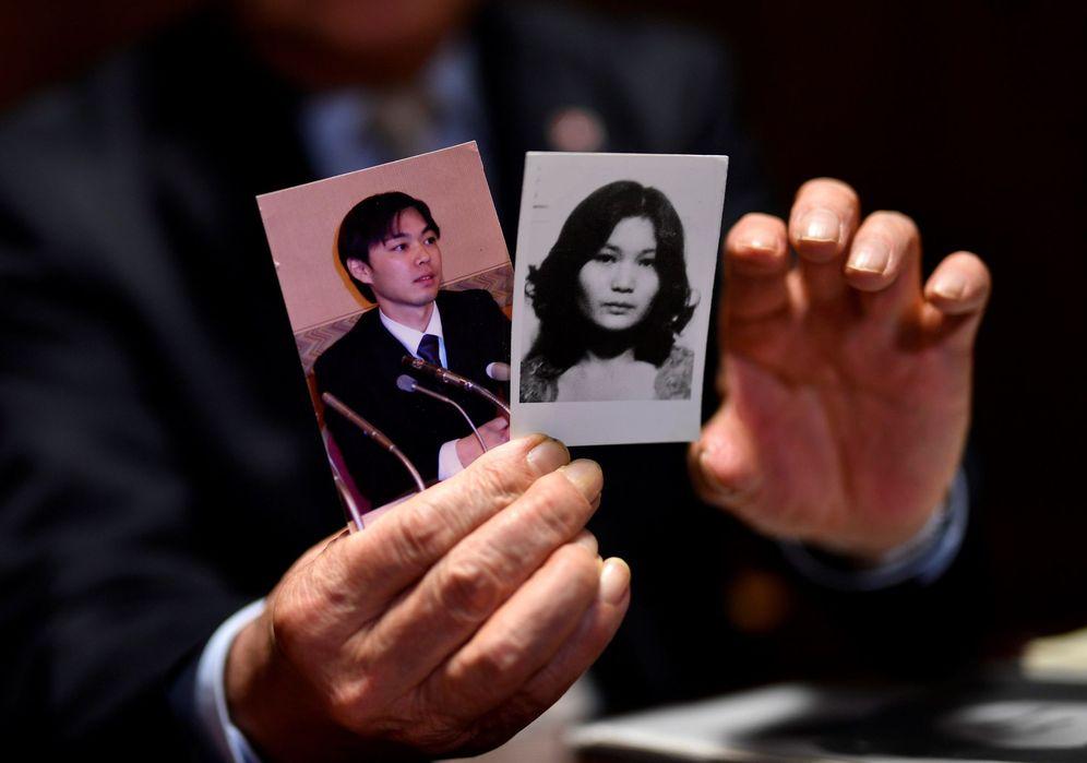 Foto: Shigeo Iizuka, de 79 años, muestra una foto de su hermana Yaeko Taguchi (d) y de su hijo Koiichi Iizuka, secuestrados por el régimen norcoreano. (EFE)