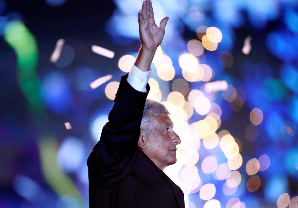 Foto: El candidato Andrés Manuel López Obrador saluda a simpatizantes durante el mitin de cierre de campaña, en Ciudad de México. (Reuters)