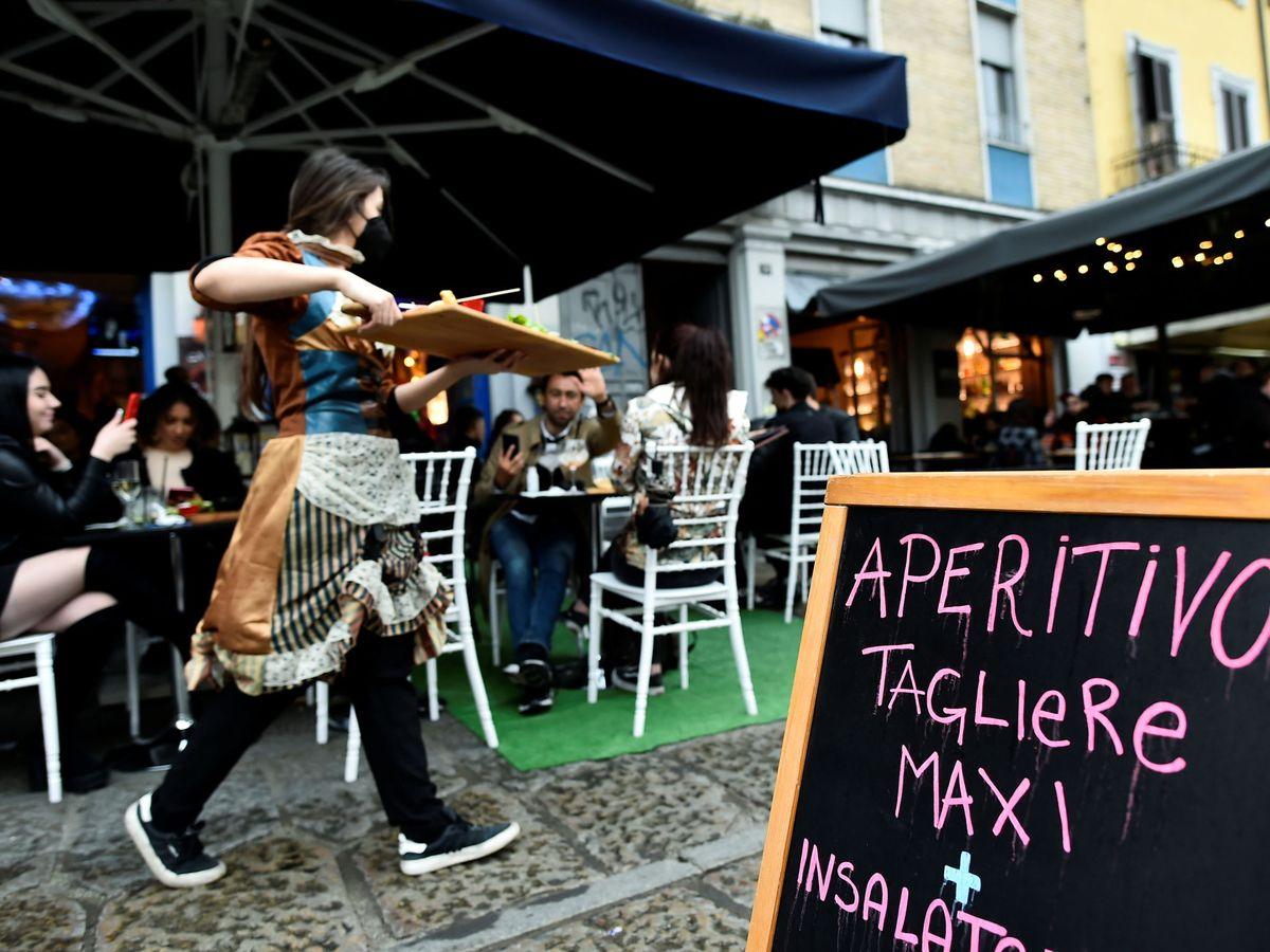Foto: Terraza de un bar en Milán, Italia. (Reuters)