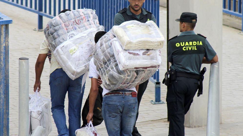 Foto: Dos porteadoras marroquíes muertas en una avalancha en la frontera con Ceuta. (EFE)