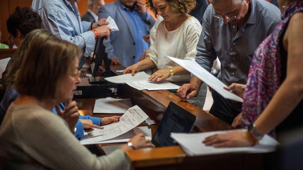 Foto: Recuento en la Junta Electoral de Cantabria. (EFE)