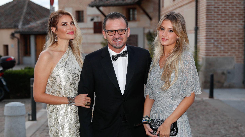 Pedja Mijatovic y Aneta Milicevic posan con su hija a su llegada a la puesta de largo. (Gtres)
