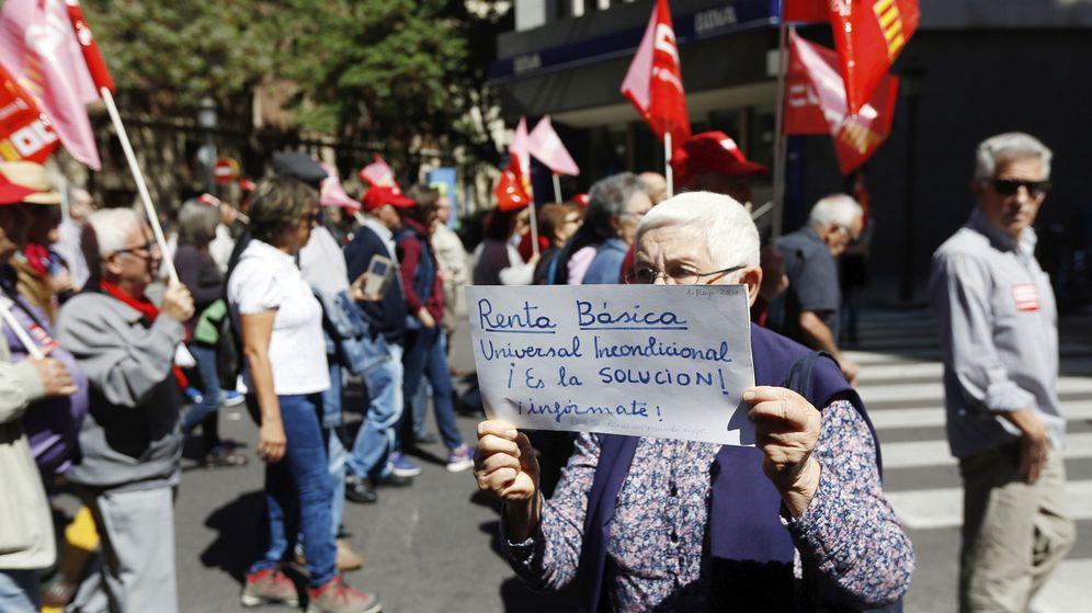 Foto: Una mujer reclama la renta básica universal durante una manifestación. (EFE)