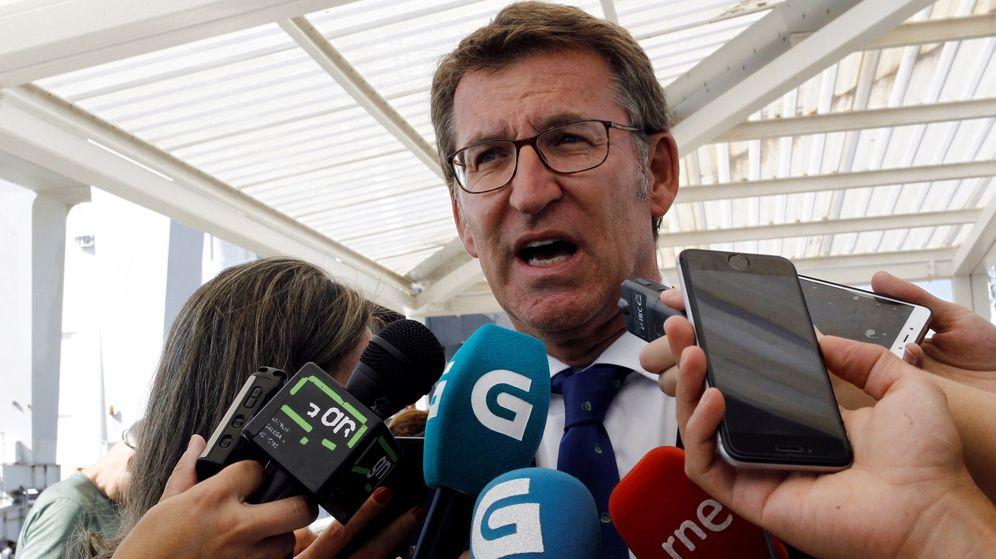 Foto: El presidente de la Xunta de Galicia, Alberto Núñez Feijóo, atendiendo a los medios. (EFE)