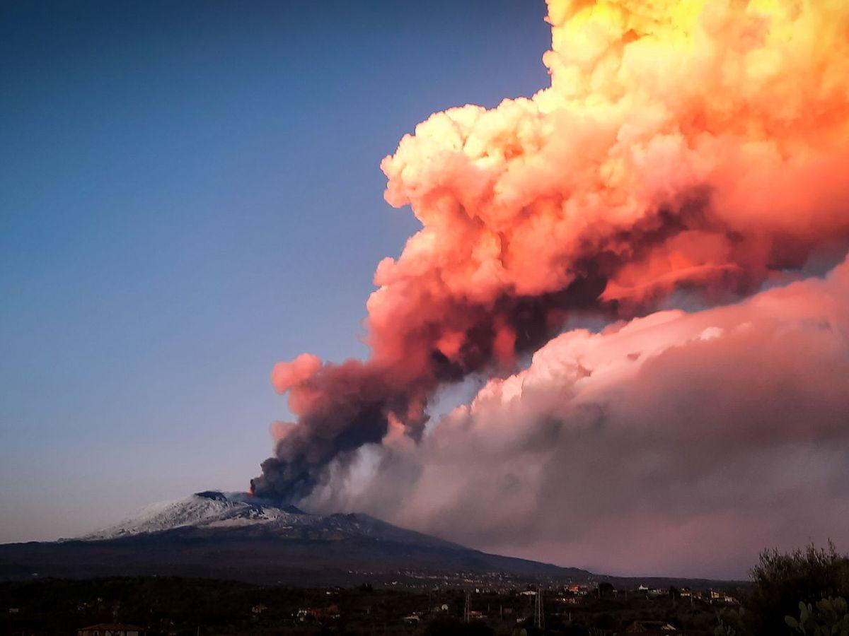 Foto: Imagen de la erupción del volcán Etna tomada desde Paterno, Italia. (Reuters)